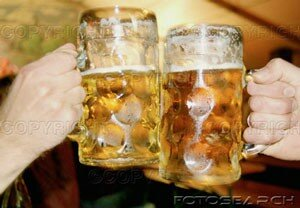 zwei_maenner_toasten_bier_steins___281001