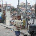 un petit garcon de Sao Paulo, dans les favelas