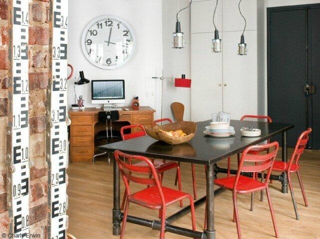 Salle-a-manger-industrielle-chaises-rouges_w641h478