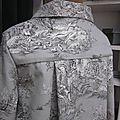 Manteau AGLAE en toile de coton gris imprimé toile de Jouy Pastorale fermé par un noeud de lin noir (1)
