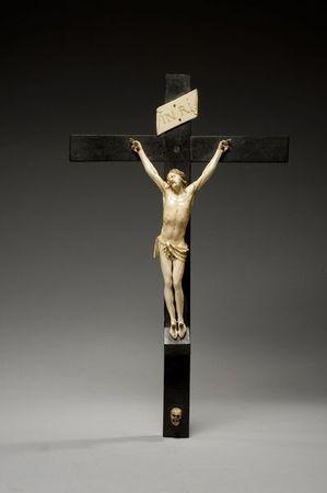 crucifix_en_bois_noirci_avec_christ_titulus_et_crane_en_ivoire_1305883094779382