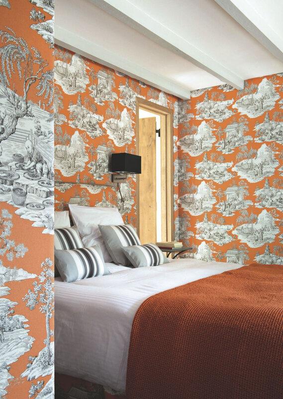une-petite-chambre-aux-murs-tapisses-de-papier-peint-colore-a-motifs_5444917