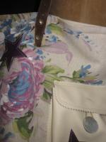 Sac cabas FELICIE n°8 en lin brut et lin et coton fleuri violet, poche et fond en simili cuir écru, étoiles en cuir violet, sangles militaire en cuir (9)