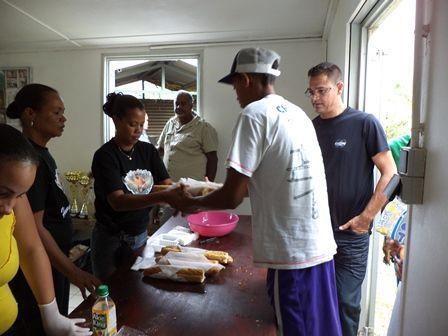 le_staf_pendant_la_distribution_de_repas