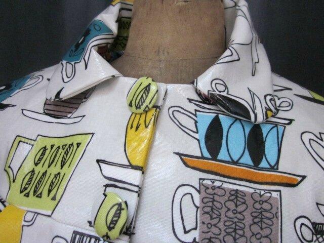 Ciré AGLAE en coton enduit blanc cassé imprimé pile de tasses fermé par 2 pressions dissimulés sous 2 gros boutons recouverts (6)