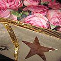 Sac cabas FELICIE n°9 en lin brut et coton enduit imprimé roses, bandes de paillettes or, étoile en cuir vache fauve, fond en simili cuir écru, sangles militaires en cuir (8)
