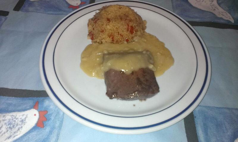 Pavé de kangourou à la sauce de foie gras au vieux rhum et semoule à la tomate