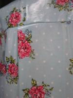 Ciré AGLAE en coton enduit ciel à pois blancs et bouquet de fleurs fermé par 2 pressions dissimulés sous 2 gros boutons recouverts dans le même tissu (1)
