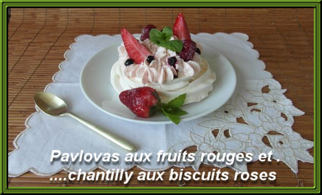 Pavlovas_aux_fruits_rouges_et_chantilly_aux_biscuits_roses