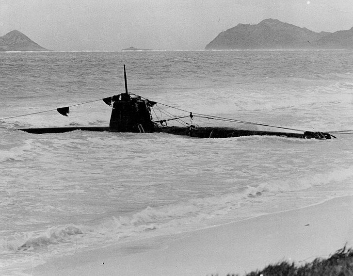 HA-19_Japanese_midget_submarine_grounded_on_an_Oahu_Beach,_December_1941